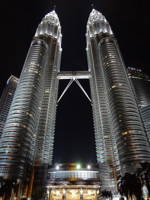 Petronas Twin Towers w nocy